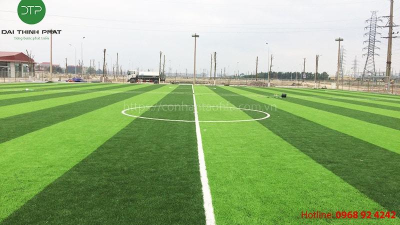 Giá cỏ nhân tạo sân bóng bao nhiêu tiền 1m2? Các yếu tố ảnh hưởng đến giá cỏ sân bóng.